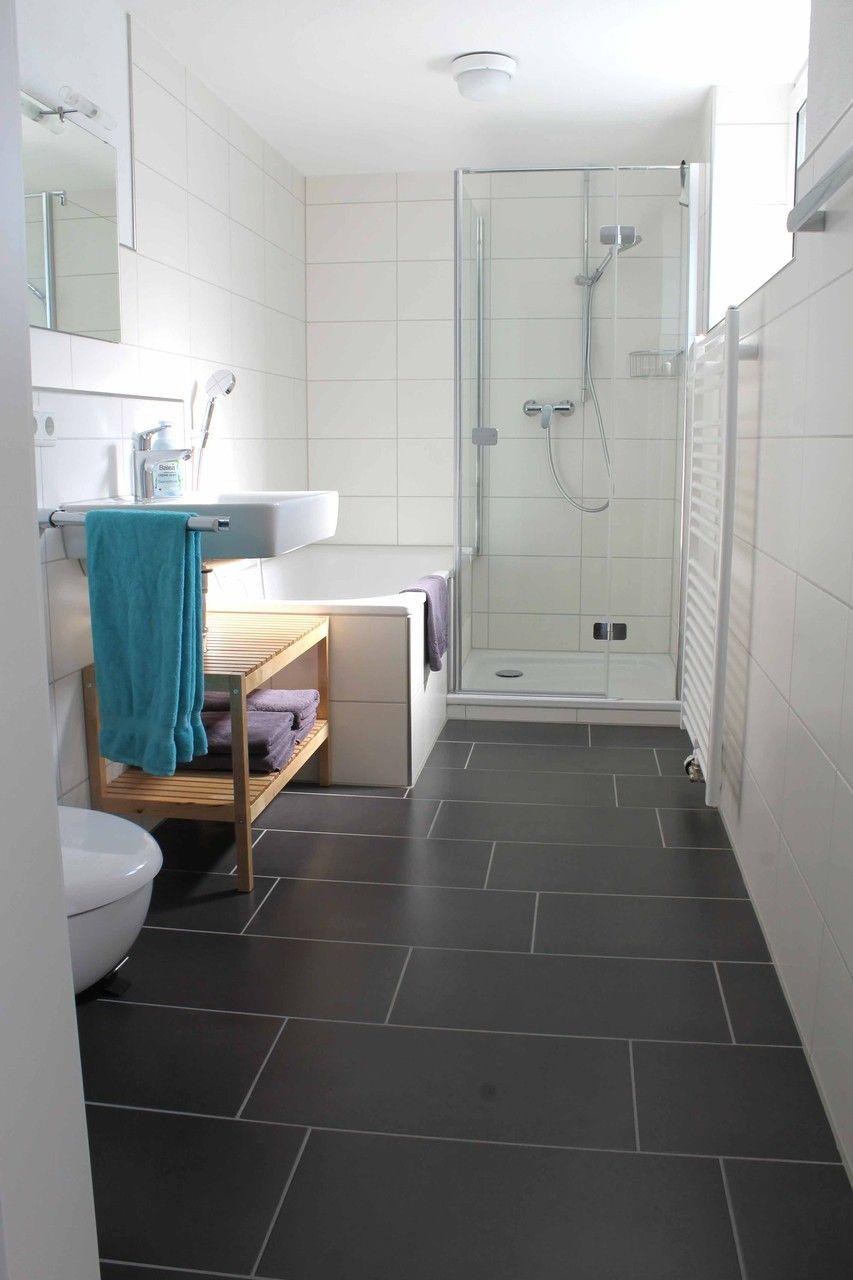 Ferienwohnungen Schatz Bad Bodman Bodensee Clean Modern Simple Scandi Weiss Schwarz Badezimmer Mit Schrage Kleines Bad Einrichten Badezimmer Schwarz