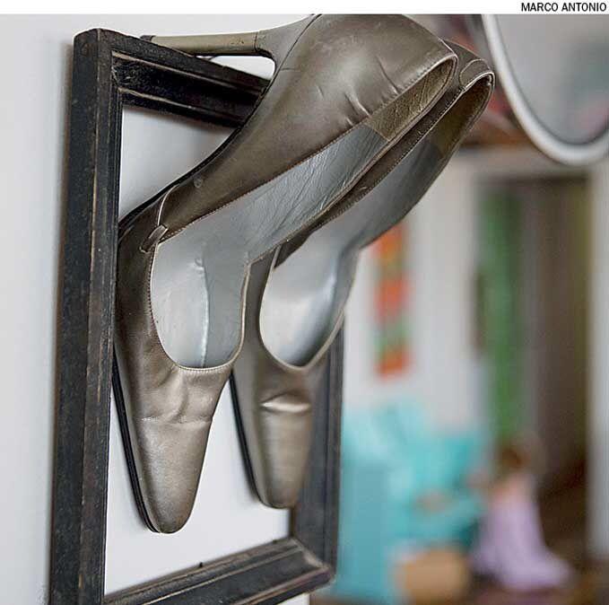 Os sapatos, que a artista plástica francesa Ludivine Duflos ganhou e já não serviam mais, hoje ficam expostos na sala de estar, apoiados sobre a moldura de um quadro.