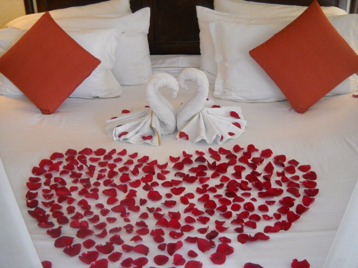 Sweet Honeymoon Bedroom Decorating Ideas With Roses Heart Shaped And Couple White Fabric Swan Jpg 1200 900 Honeymoon Bedroom Bed Decor Honeymoon Rooms