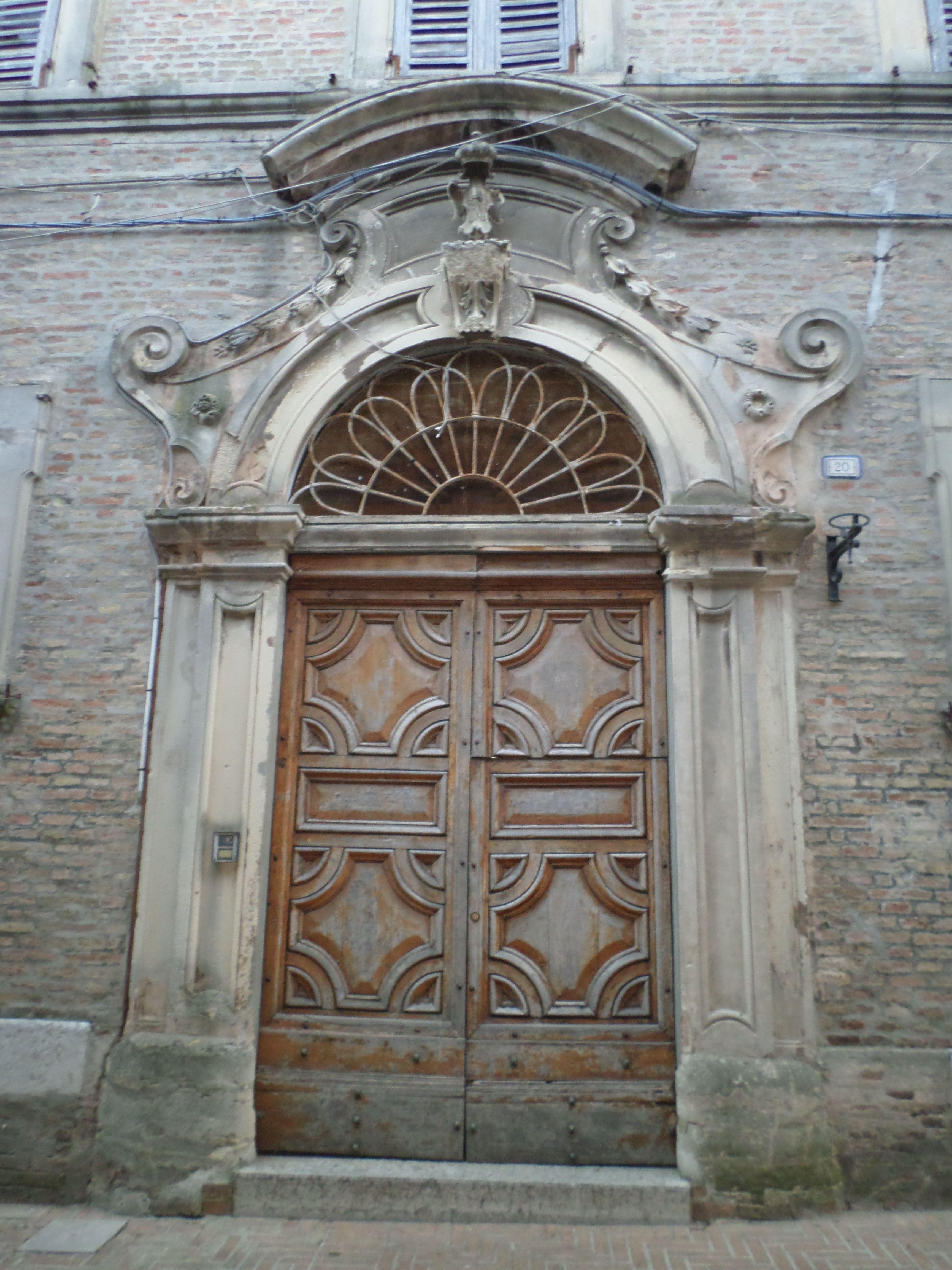 Portale del Palazzo Fata Ottaviani (Tarsi Marcolini), '700, Piazza il Terreno 20.