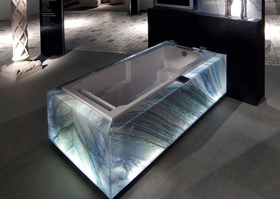 Badewanne für das Luxusbad mit Verkleidung aus beleuchteten - luxusbad whirlpool