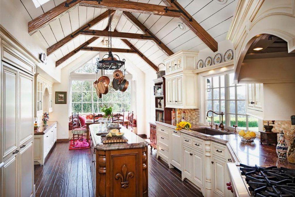 Hellen Landhaus-Stil-Küche mit weißen Schränke und Lagerung auch ...