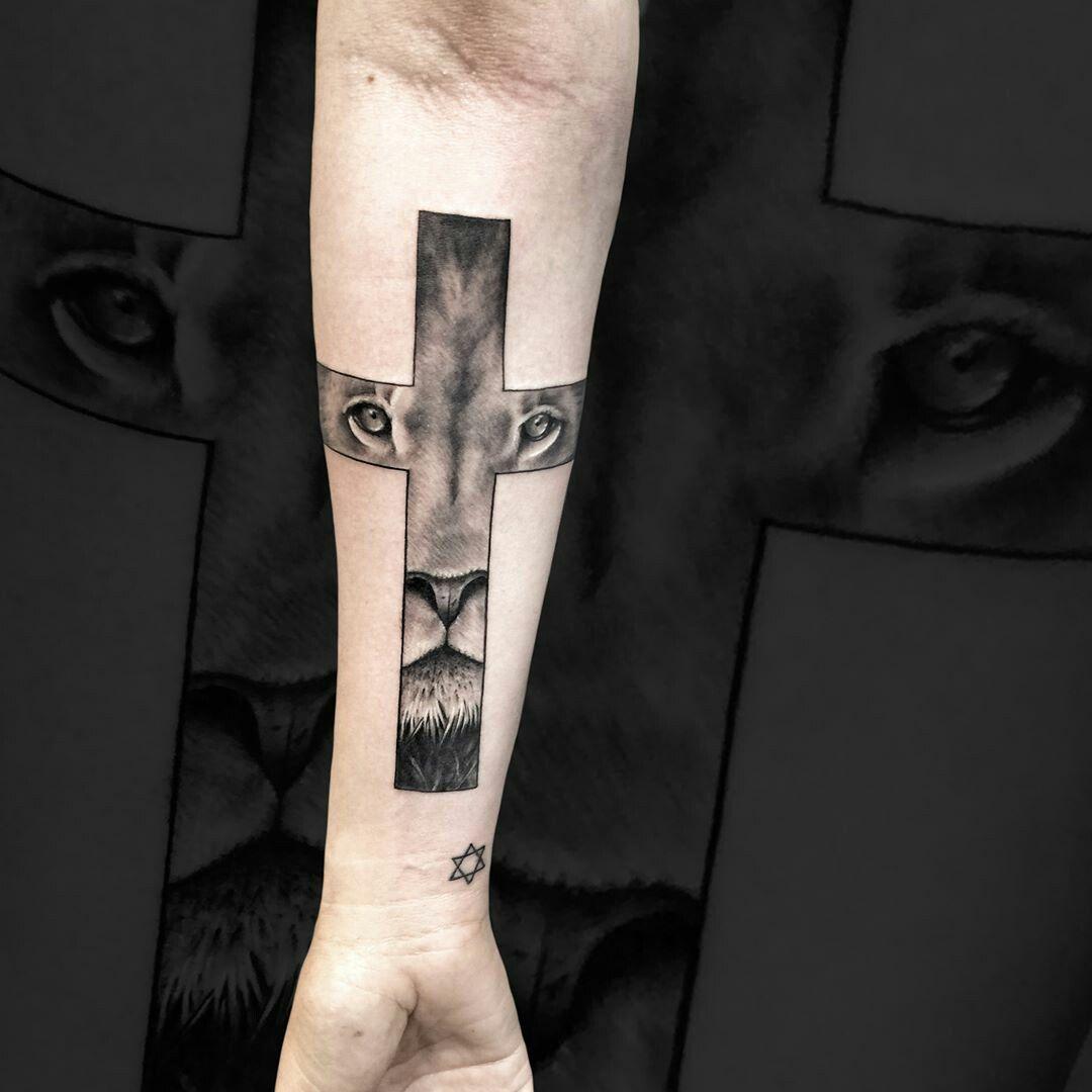 Resultado de imagen para tatuaje leon en una cruz