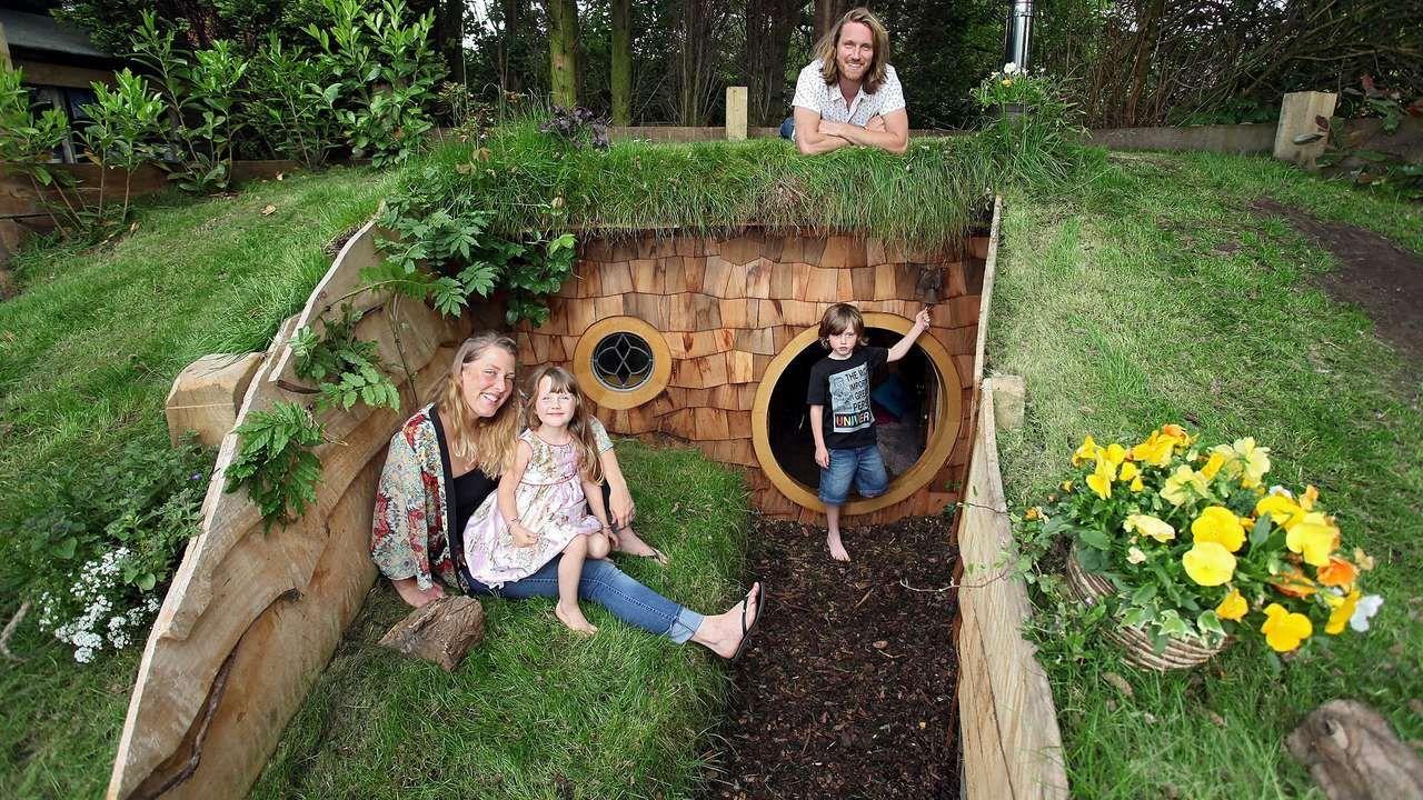 England Wir Haben Ein Hobbit Haus Im Garten Kinderspielhaus Garten Hobbit Garten Garten Spielplatz
