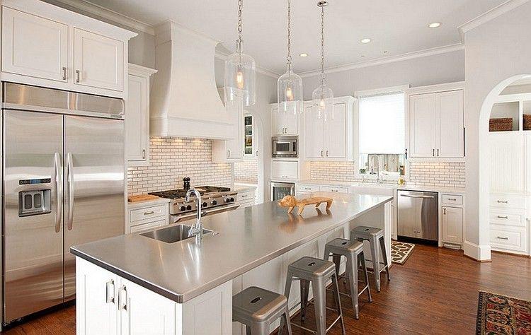 Arbeitsplatte aus Edelstahl auf einer Kücheninsel mit Spülbecken ...
