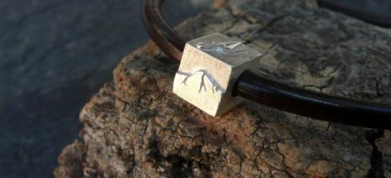Entrepieza para pulsera estilo Pandora en plata de ley. Esta pieza lleva en cada cara una letra y en la última una montaña. Se puede personalizar al gusto del cliente. El agujero es de 4 mm.  Hecha a mano.