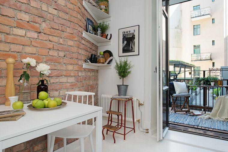 Tavoli In Pietra Per Interni.Vaso Con Rose Bianche Tavolo Rettangolare Con Sedie Bianche