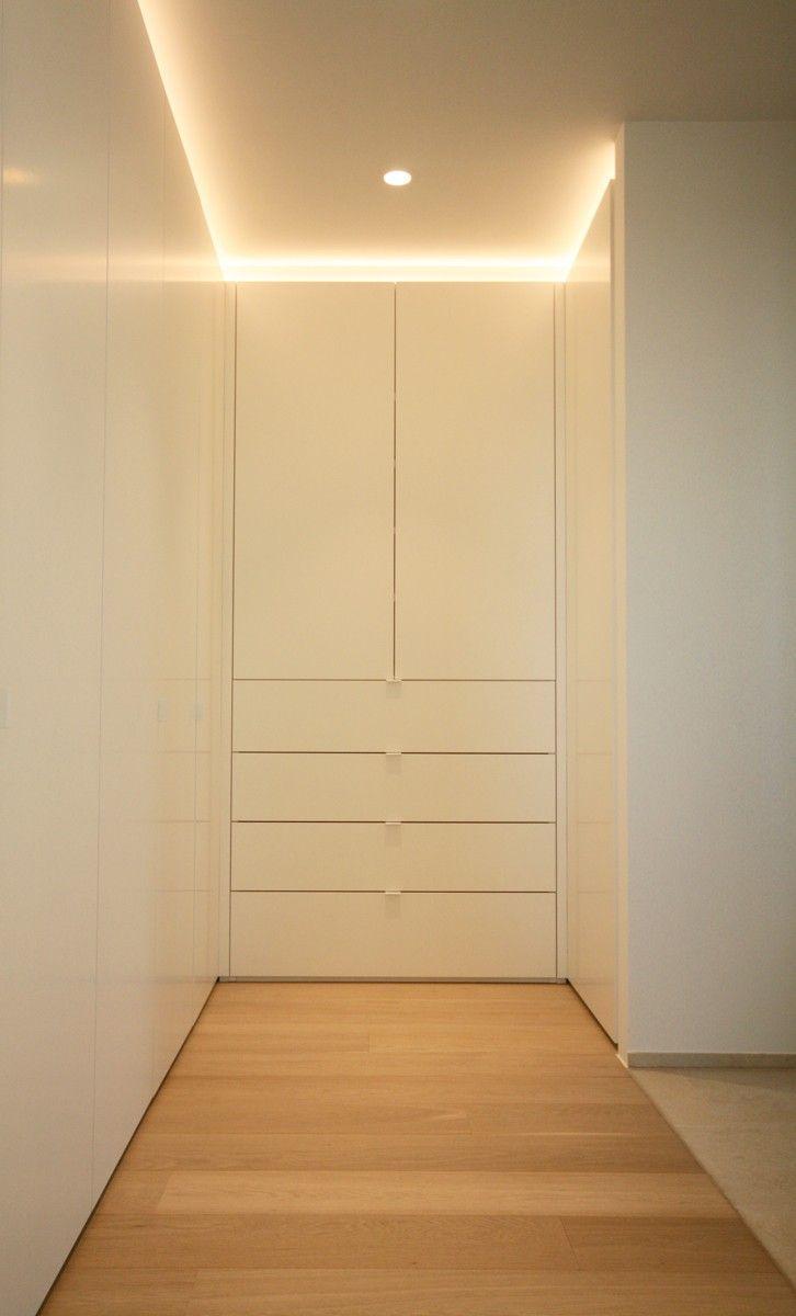 Inloopdressing naast slaapkamer. Supermatte witte draaideuren ...