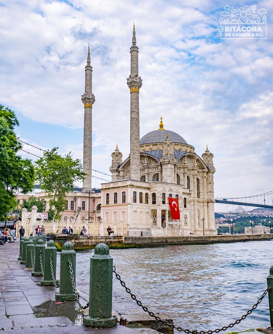 La Mezquita De Ortakoy Es Una De Las Más Bonitas Desde Fuera De Estambul Su Ubicación Justo A La Orilla Del Bósforo Estambul Estambul Turquía Viajes