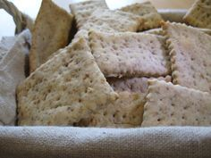 Crackers con pasta madre non rinfrescata e farina Molino Ronci, con olio EVO Ranise, aromatizzati con spezie Rocca dei fiori, deliziosi con semi di sesamo.