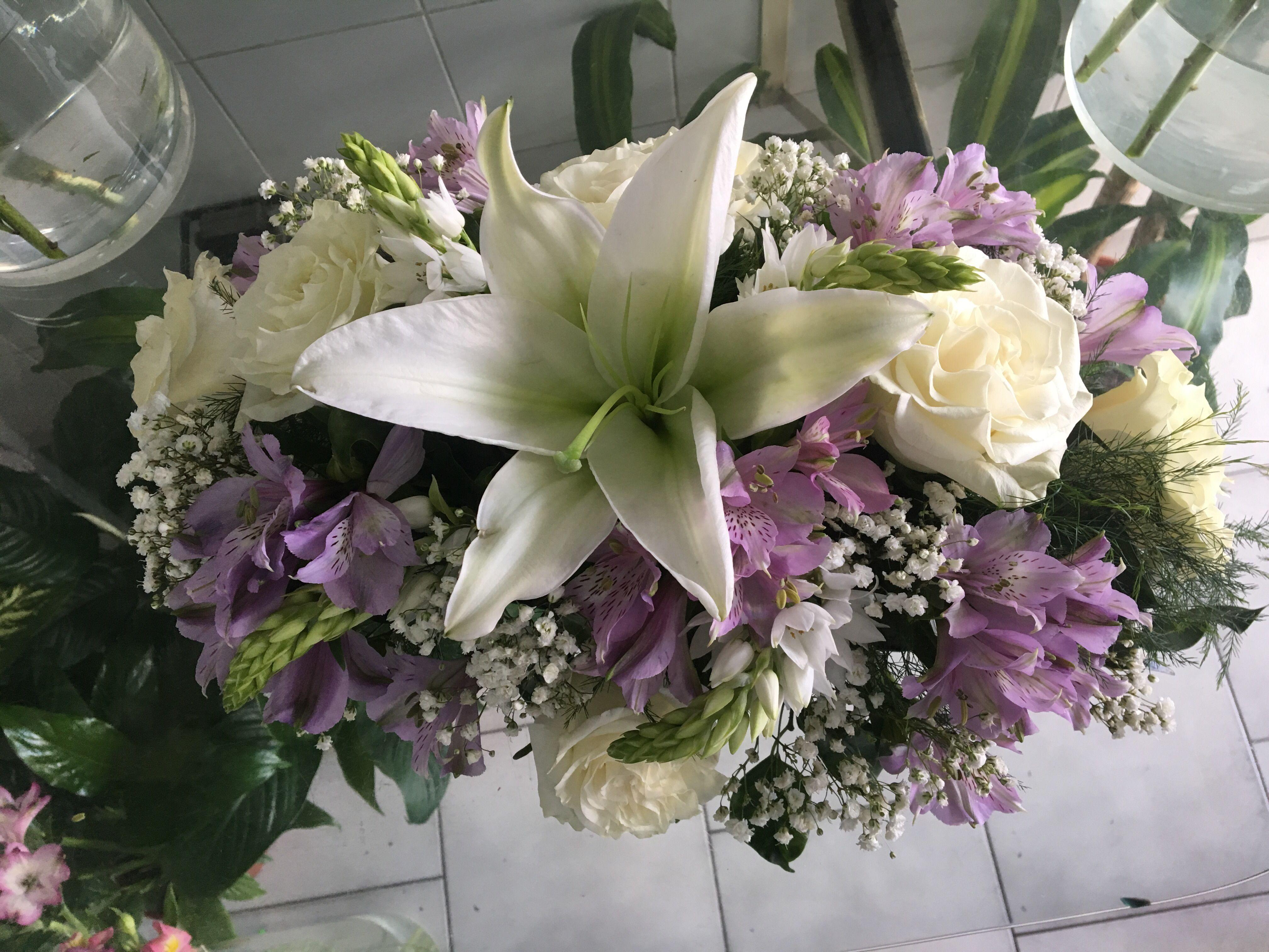 Centro de mesa de liliums, alstroemerias , rosas y