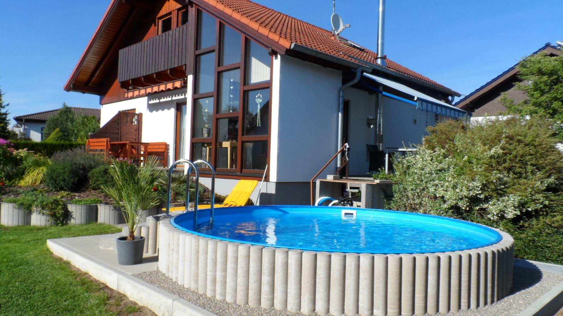 wer braucht schon immer einen strand wenn man den eigenen pool im garten hat pool garten. Black Bedroom Furniture Sets. Home Design Ideas