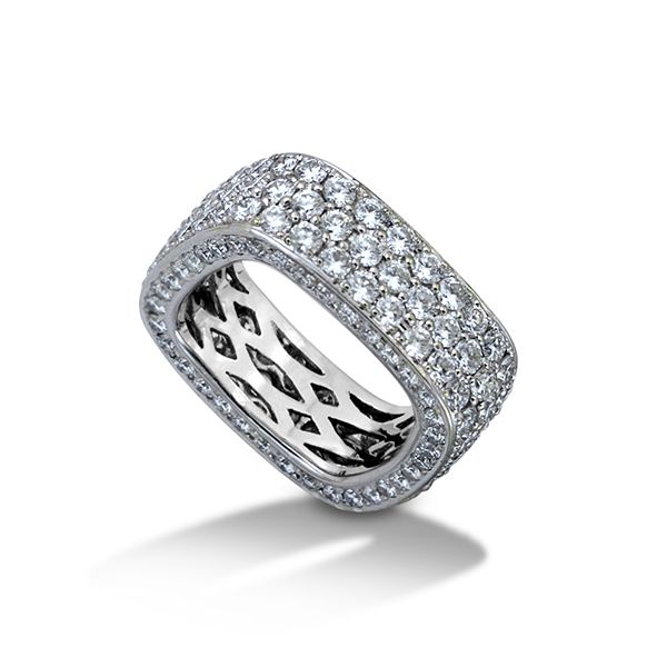A distinctively modern and elegant band featuring pave diamonds from the De Boulle Collection.