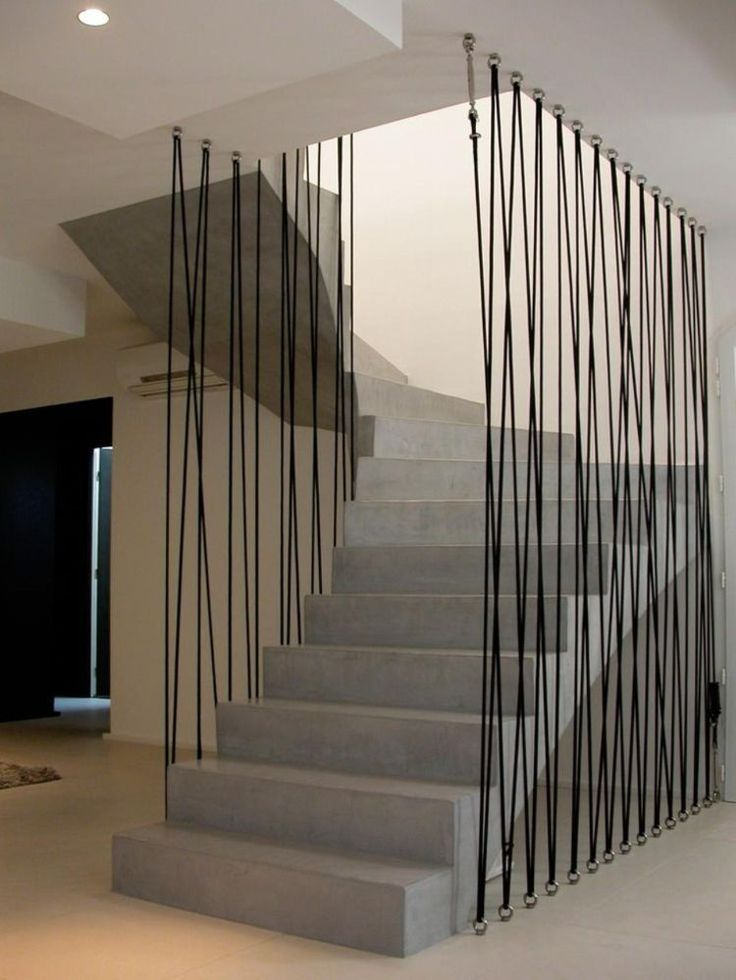 Absturzsicherung für Treppe – Moderne Ideen für Treppenschutzgitter aus Metall, Glas oder Seilen #staircaserailings moderne treppengeländer fallschutz aus seilen absturzsicherung treppenaufgang betontreppe #flurdekoration