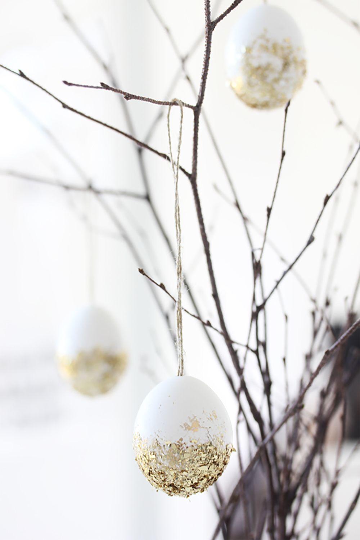 Une décoration de Pâques chic et tendance réalisée avec des coquilles d'oeufs et des paillettes ! Un DIY glitter comme on les aime :) #deco #paques #oeuf #hoppyeaster