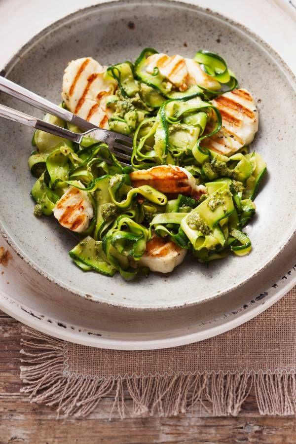 Halloumi mit Zucchini-Pesto-Nudeln: Leichtes Low Carb-Rezept