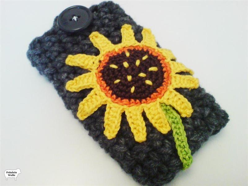 Die perfekte Handytasche für alle Sommerkinder! Strahlende Sonnenblumen Häkelapplikation auf gehäkelter Handytasche.
