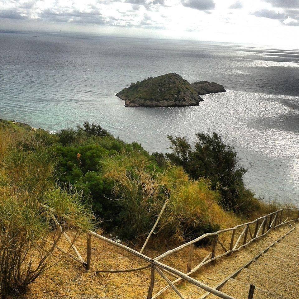 L'#Isolotto di #PortoErcole (#MonteArgentario) con il camminamento esteriore della cinta muraria di #ForteStella.  Foto e descrizione della nostra amica Chiara Galatolo