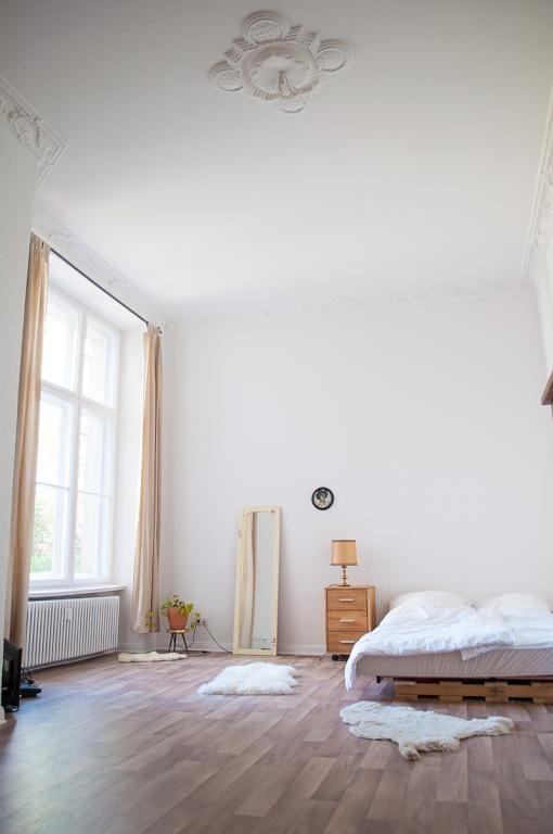 das wg zimmer im clean look altbau erm glicht freiraum. Black Bedroom Furniture Sets. Home Design Ideas