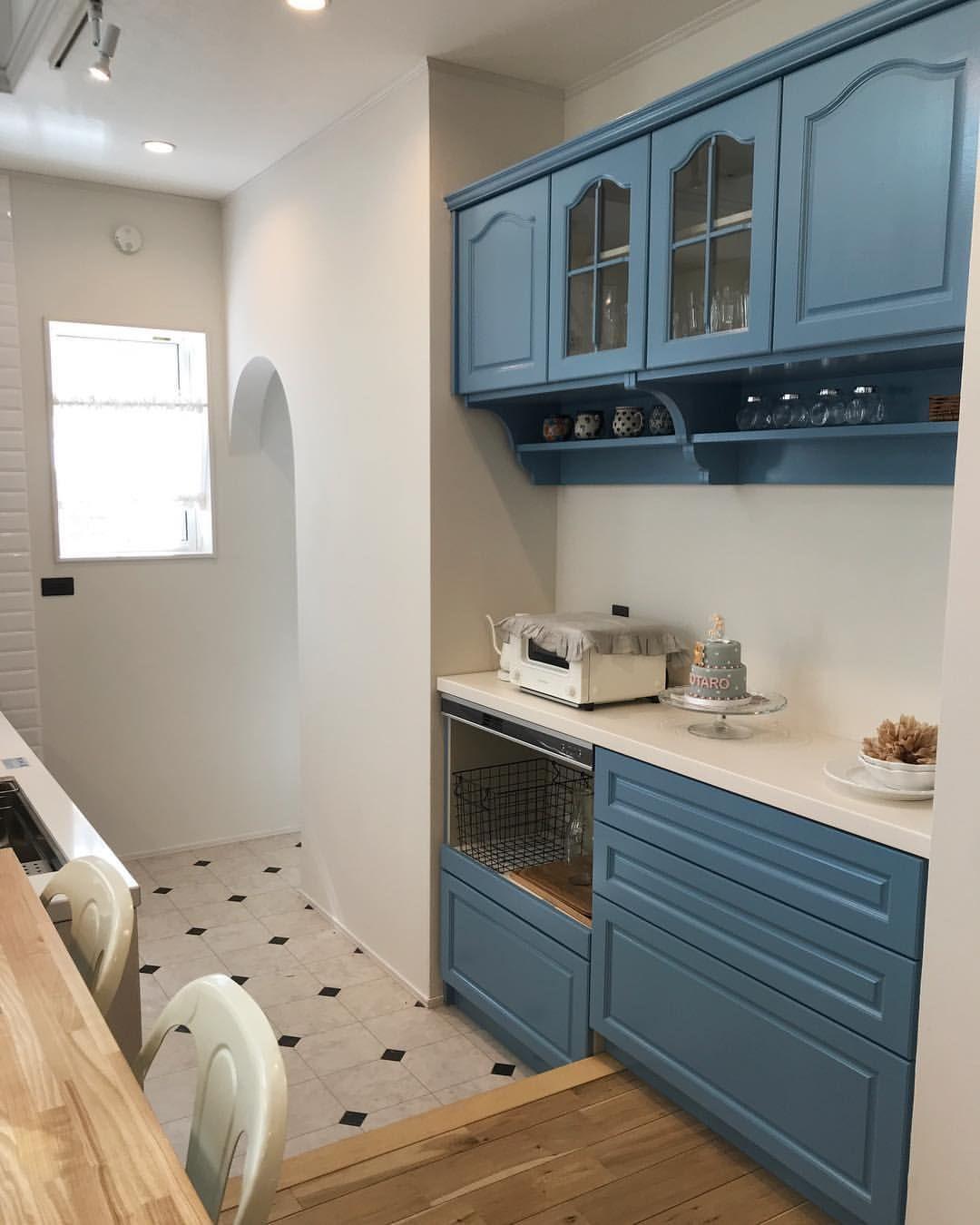 キッチンキャビネット ウッドワンのものを無塗装でお願いして 好きな色で塗装しました 愛着 ありすぎ キッチンキャビネット キッチン ウッドワン
