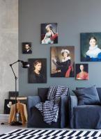 Dunkelgrau/blau mit alten Bildern, Bild oben rechts?
