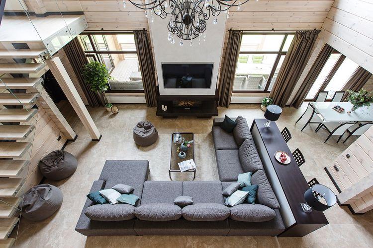 Sicht von oben - große Couch vor dem Kamin Wohnzimmer Inspiration
