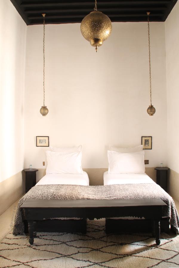 Dormitorio de riad alfombra beniouarain decoraci n rabe - Decoracion arabe interiores ...