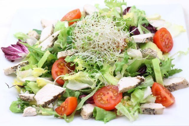 Kuchnia W Wersji Light Salatka Z Kurczakiem Pomidorkami I Awokado Chicken Salad Avocado Salad Healthy Dishes