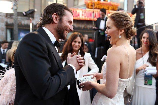 Ella divirtiéndose mucho con Bradley Cooper: | 21 fotos de Jennifer Lawrence que sí deberías ver