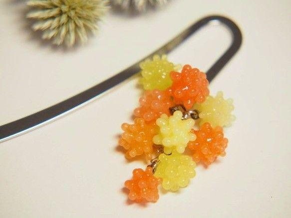 オレンジと黄色のこんぺいとうの様なガラス玉がぶら下がった可愛らしいしおりです ブックマーカー  素材:金属(メッキ)   色 :銀色   サイズ:約10.6㎝...|ハンドメイド、手作り、手仕事品の通販・販売・購入ならCreema。