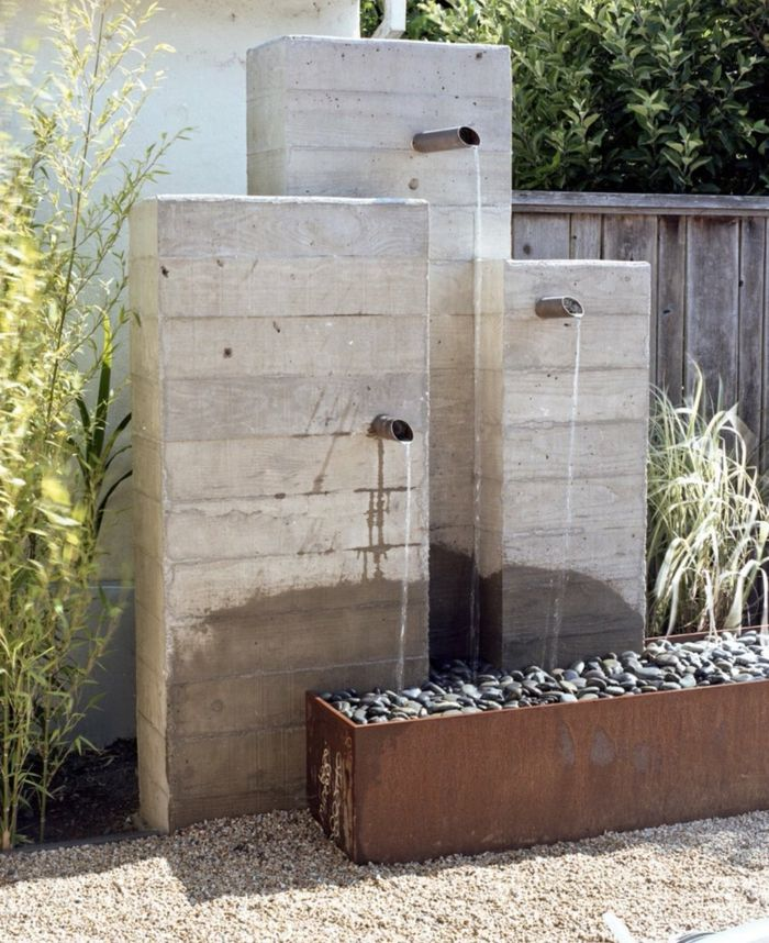 Cool drei H hnen die auf Steinen flie en gr ne Pflanzen puristischer Garten