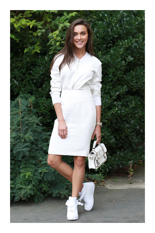 falda blanca y tenis blancos con gabardina