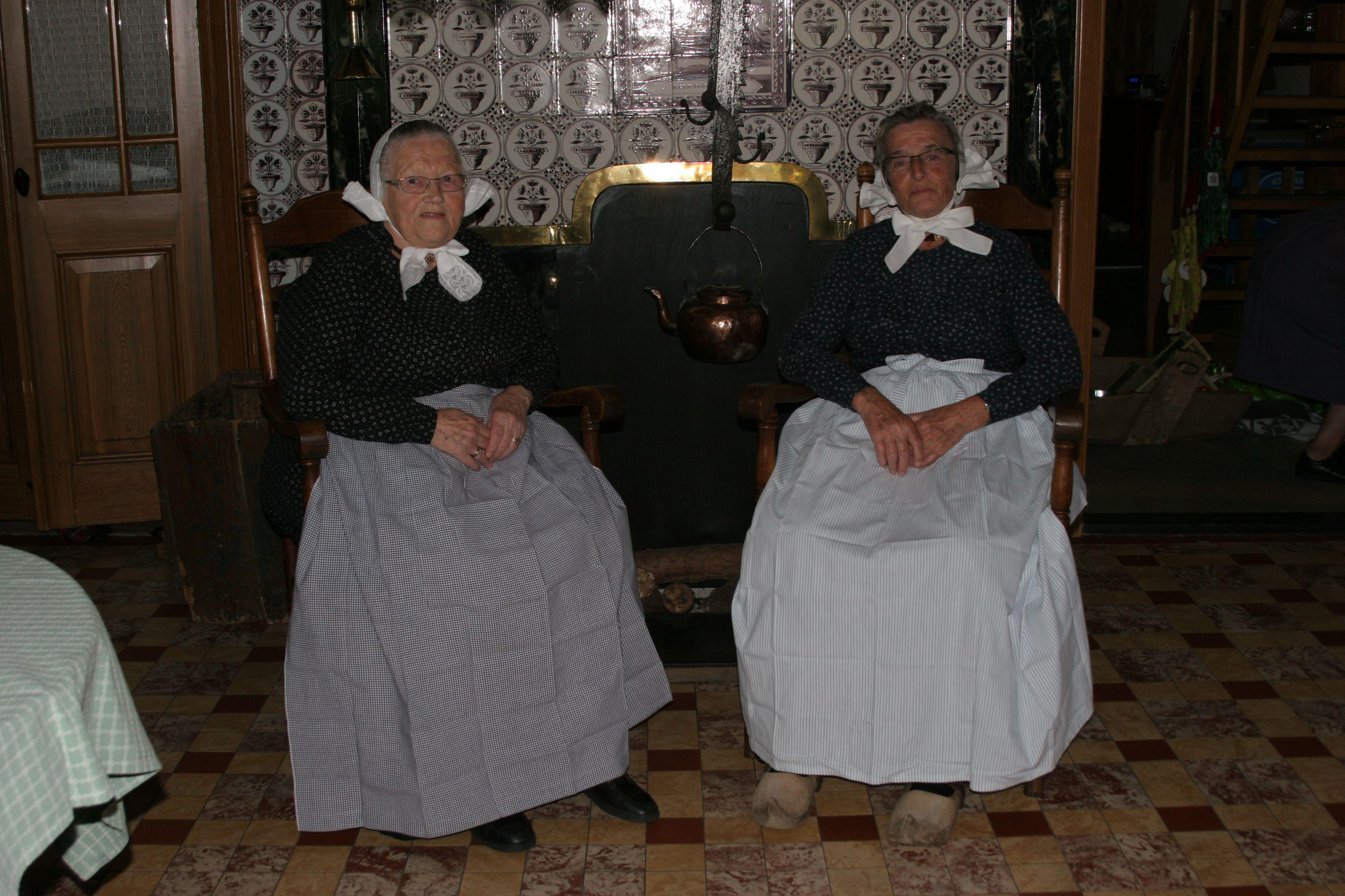 Rijssense vrouwen in de daagse klederdracht