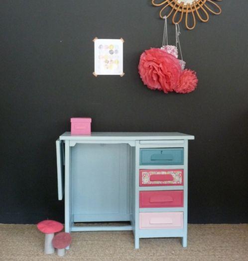 Parce que les filles aussi aiment le bleu, ce petit bureau rétro en - Repeindre Un Meuble En Chene