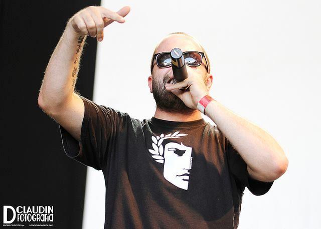 El Cantante De Los Chikos Del Maiz Con La Camiseta De 198 Los