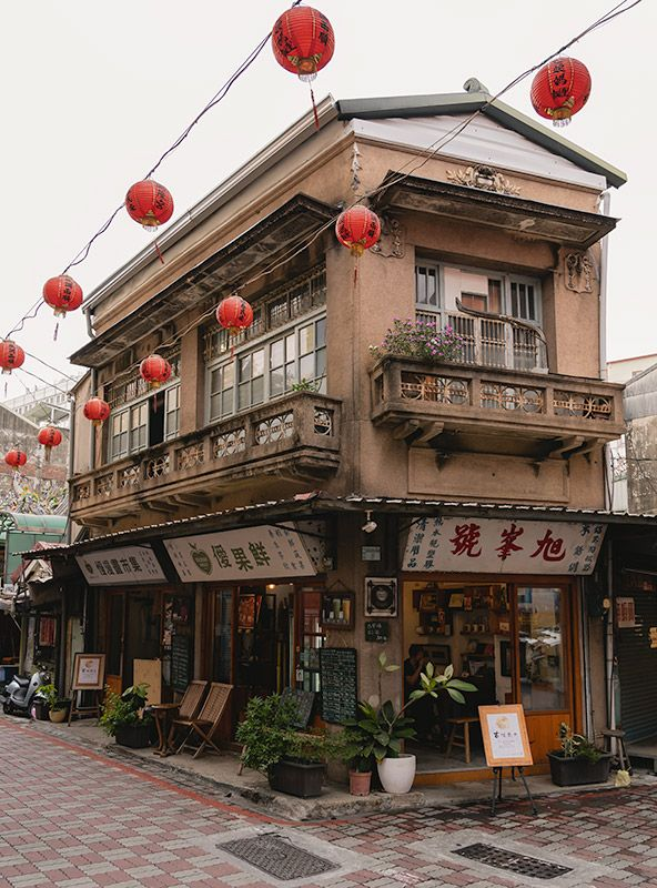 A popular old two storey corner building in Tainan with a fresh fruit juice cafe on the ground floor  | Tainan Travel Photography #Tainan #Taiwan via @goingthewholehogg