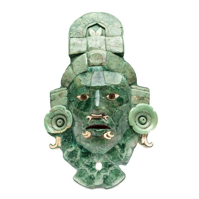 The Calakmul Mask is a funerary piece elaborated in jade mosaic, shell and gray obsidian, found in Tomb 1 in Structure VII, in the archaeological zone of the same name, in the state of Campeche, whose antiquity goes back to 660 and 750 AD. Photo: Colección Archivo Digital MNA-INAH.