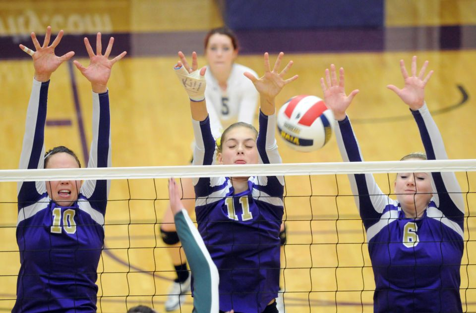 College Of Idaho S Kylee Nawahine Left Kylie Porter And Emily Ottinger Go Up For A Block During A M Volleyball Volleyball Tournaments Rocky Mountain College