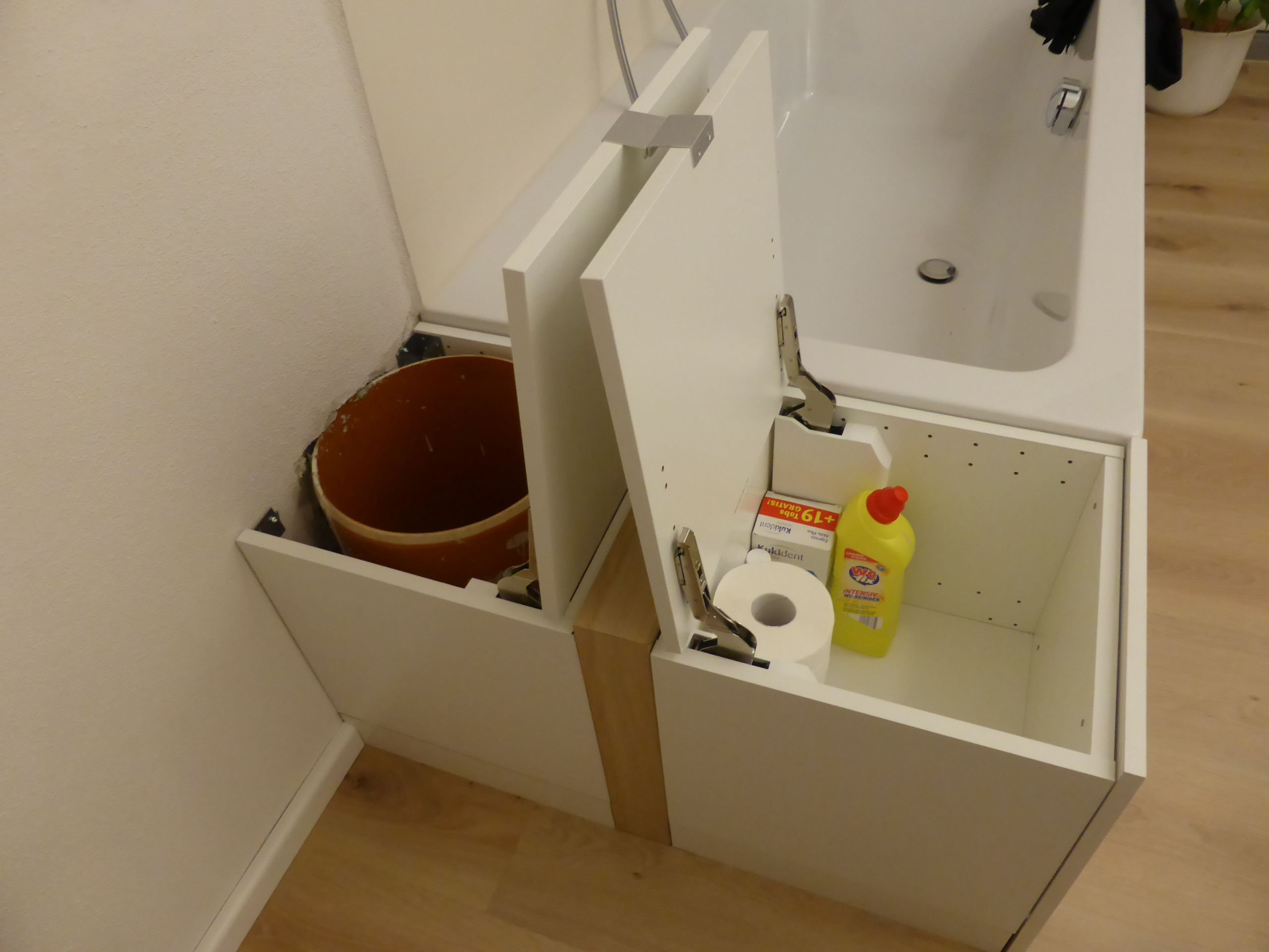 Top Stauraum neben Badewanne, Wäscheabwurfschacht | Laundry rooms in EH03
