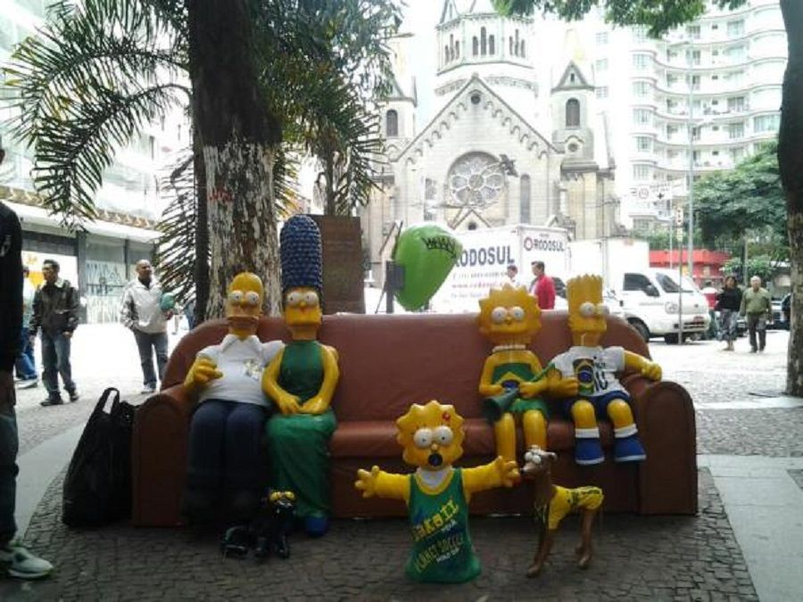 Artista expõe escultura do sofá de 'Os Simpsons' nas ruas ...