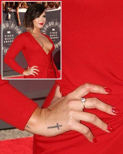Demi Lovato tatuaggio croce