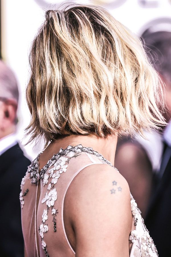 Loving Sienna Miller's beaded detailing and fresh bob. For more black tie inspiration, head to The Shift. #GoldenGlobes