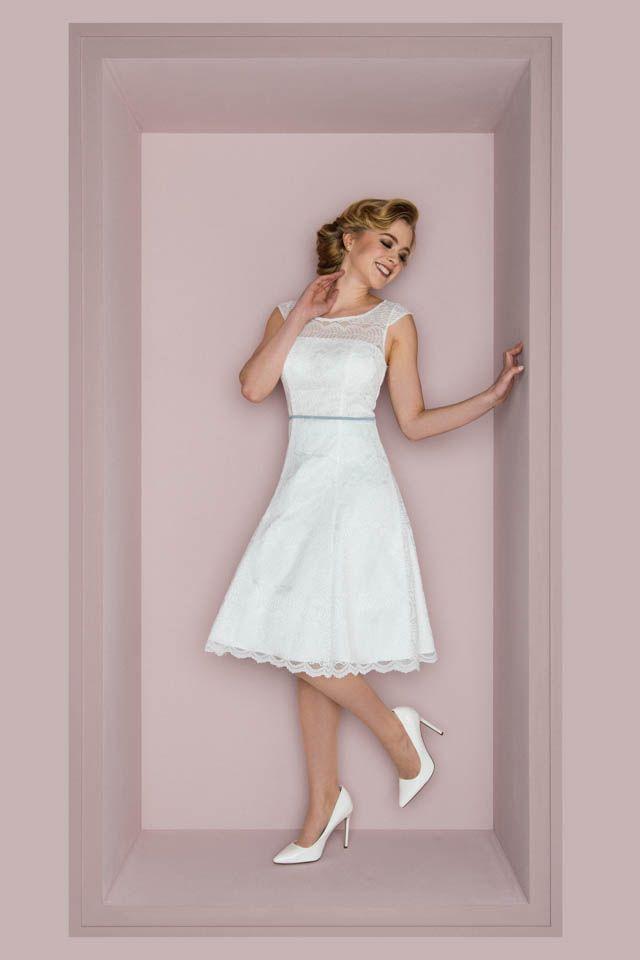 Unser Brautkleid im 50er Jahre Stil hat viele Style-Möglichkeiten und gute Laun