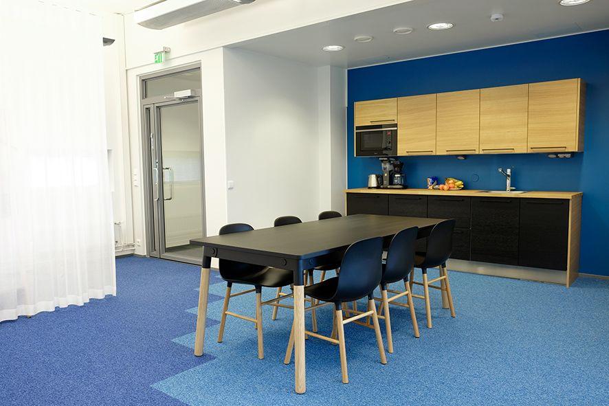 detaljee+1+sisustussuunnittelu+sisustussuunnittelija+interiordesigner+interior+helsinki+pääkaupunkiseutu+toimistosuunnittelu+keittiö+remola+värisuunnittelu+sininen+musta+kokolattiamatto+Koolmat+tekstiilisuunnittelu+verhot+Vallila Interior