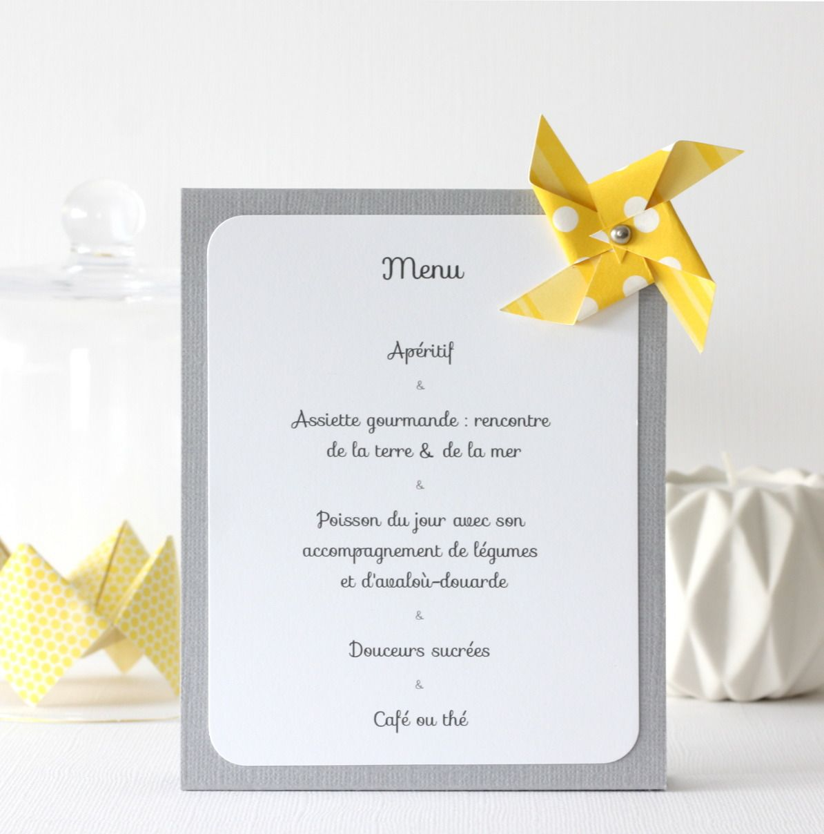 menu de table th me moulins vent pour bapt me anniversaire coloris gris et jaune bapt me. Black Bedroom Furniture Sets. Home Design Ideas