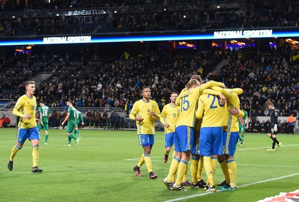 Sweden's defender Victor Nilsson Lindelof (unseen) celebartes with teammates after scoring during the WC 2018 football qualification match between Sweden and Bulgaria in Solna on October 10, 2016.  / AFP / JONATHAN NACKSTRAND