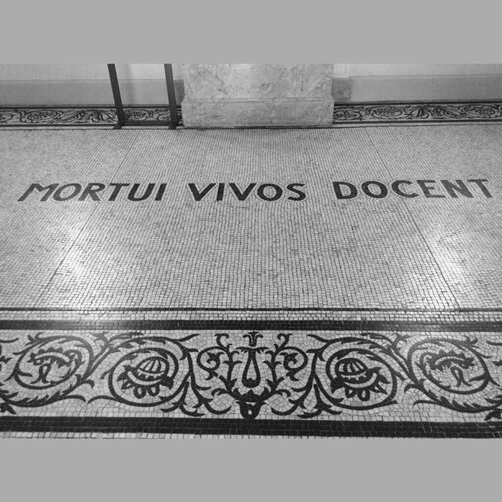 Dieses Mosaik Ziert Den Boden Im Eingangsbereich Des Altbaus Der Pathologie Die Lateinische Inschrift Zu Deutsch Die Toten Le Mosaik Eingangsbereich Eingang