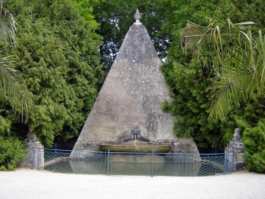 La Pyramide Du Jardin A La Francaise Du Chateau D Ancy Le Franc 1
