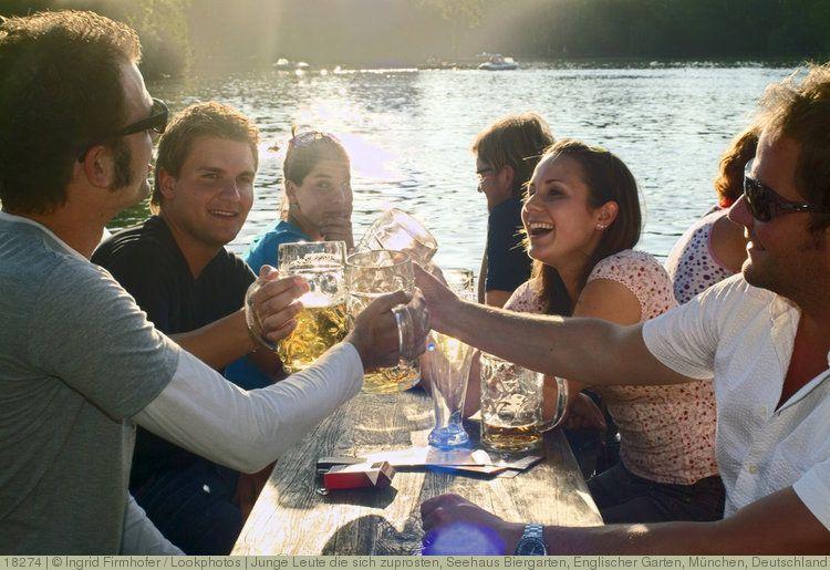 Popular Junge Leute die sich zuprosten Seehaus Biergarten Englischer Garten M nchen Deutschland