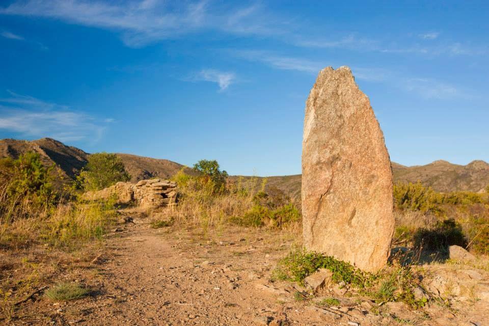 Descubre la ruta megalítica de Roses con una excursión a pie, durante el recorrido veras dólmenes y menhires milenarios, un itinerario fácil para todos los públicos.